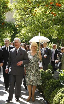 Carlos y Camilla pasean por los jardines.  Foto: Eduardo Abad (EFE)
