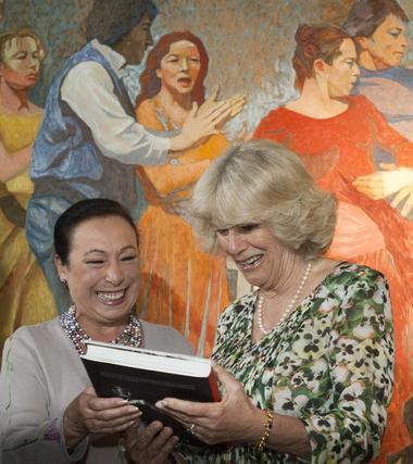 Cristina Hoyos entrega un obsequio recordatorio a Camilla.  Foto: Manuel Gómez