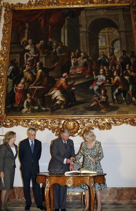 La Duquesa de Cornualles firma en el libro de honor de la Junta de Andalucía.  Foto: Eduardo Abad (EFE)