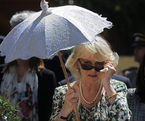 La esposa del Príncipe Carlos se baja las gafas para contemplar su llegada al Ayuntamiento.  Foto: Cristina Quicler (AFP)