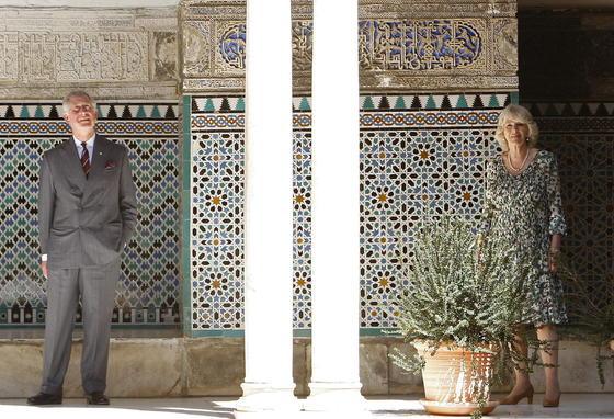 El Príncipe de Gales y la Duquesa de Cornualles, en el patio de las Doncellas del Real Alcázar durante su visita.  Foto: Eduardo Abad (EFE)