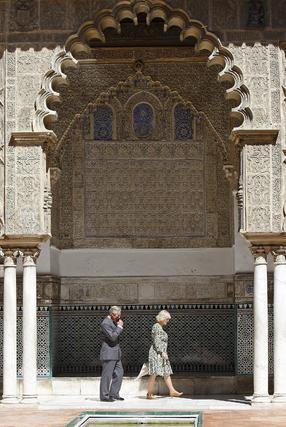 El Príncipe Carlos pasea junto a su esposa por el patio de las Doncellas del Real Alcázar.  Foto: Eduardo Abad (EFE)