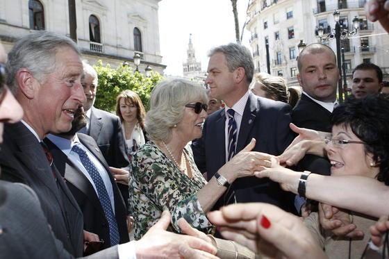 El Príncipe Carlos de Inglaterra y Camilla saludan a las personas que aguardan su llegada al Ayuntamiento de Sevilla.  Foto: Eduardo Abad (EFE)