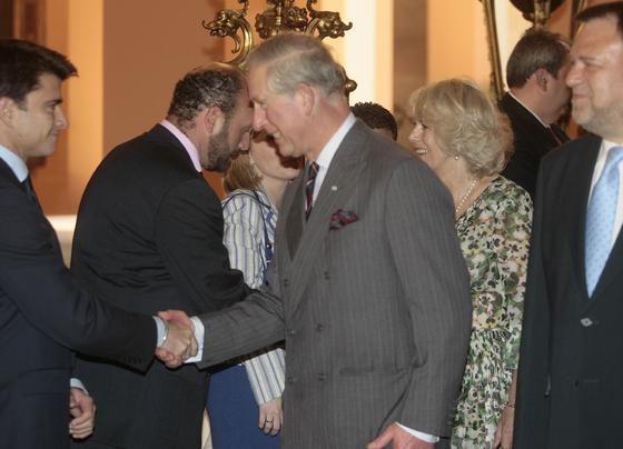 El Príncipe Carlos de Inglaterra saluda al portavoz adjunto del PP en el Ayuntamiento, Beltrán Pérez.  Foto: Belén Bargas