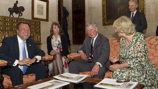 El Príncipe Carlos y Alfredo Sánchez Monteseirín sonríen ante la mirada de la Duquesa de Cornualles y la esposa del alcalde.  Foto: Julio Muñoz (EFE)