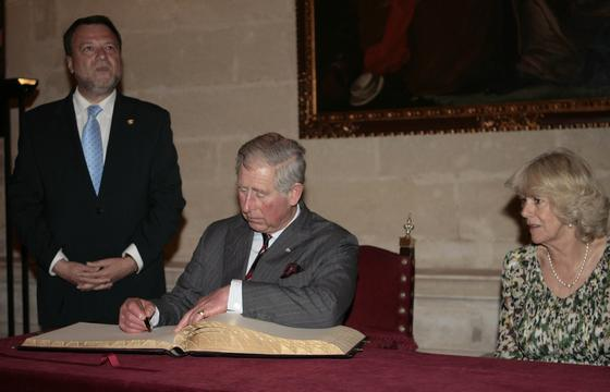 El heredero británico firma en el libro de honor del Ayuntamiento Hispalense.  Foto: Belén Bargas