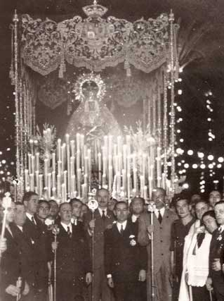 1936. La Macarena celebró el fin de la Guerra Civil en Sevilla. Fue desde la Anunciación, su sede provisional, hasta la Catedral.