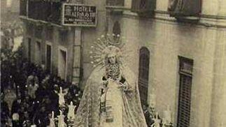 1928. La Virgen de la Presentación del Calvario en el paso de Gloria de la Virgen del Rosario de la Macarena.