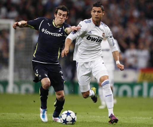 Bale pugna con Ronaldo por un balón. / Reuters