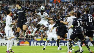 El Real Madrid pone pie y medio en las semifinales de la Liga de Campeones al ganar 4-0 al Tottenham en la ida de los cuartos. / Reuters