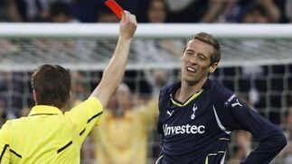 El árbitro enseña la roja a Crouch. / Reuters