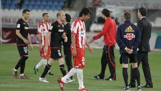 Los jugadores del Almería se retiran cabizbajos. / Javier Alonso
