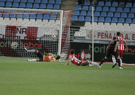 El balón entra en la portería del Almería en el segundo gol del Athletic. / Javier Alonso