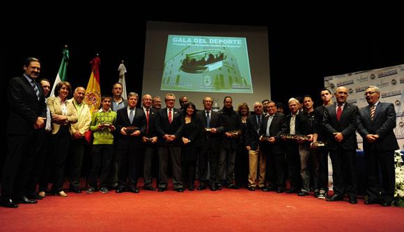 Todos los nominados,  homenajeados y personalidades se hicieron la foto de recuerdo del entrañable acto.  Foto: Elias Pimentel
