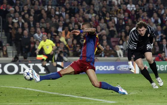 Alves empuja el balón a la portería del Shakhtar en el segundo gol. / Reuters