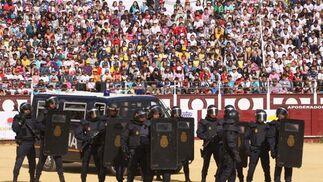 Exhibición policial ante escolares en La Malagueta  Foto: Javier Albiñana