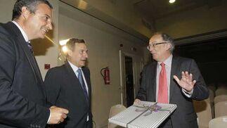 Juan Fernández de Mesa y Ramón Segura tras entregar una placa a Fernando González Laxe./Fotos:Erasmo Fenoy  Foto: Erasmo Fenoy