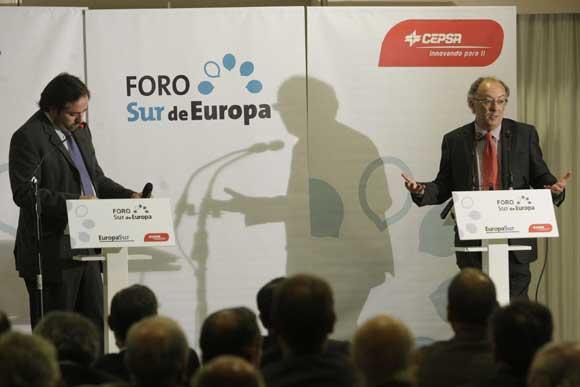 El director de 'Europa Sur', Alberto Grimaldi, junto a Fernando González Laxe, a la derecha, en el hotel Guadacorte Park./Fotos:Erasmo Fenoy  Foto: Erasmo Fenoy