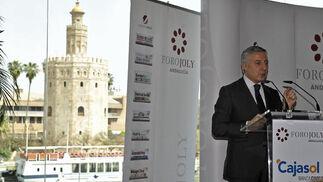José Blanco con la Torre del Oro al fondo.  Foto: Juan Carlos Vázquez y Victoria Hidalgo
