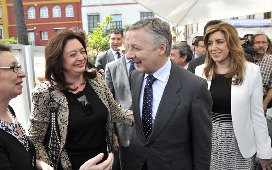 Mar Moreno conversa con José Blanco en los prolegómenos del acto.  Foto: Juan Carlos Vázquez y Victoria Hidalgo
