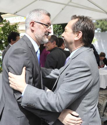 El consejero de Economía e Innovación, Antonio Ávila, saluda a José Antonio Carrizosa.  Foto: Juan Carlos Vázquez y Victoria Hidalgo