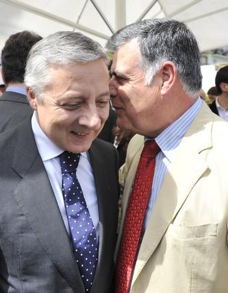 José Blanco conversa con José Antonio Viera, secretario general del PSOE de Sevilla.  Foto: Juan Carlos Vázquez y Victoria Hidalgo