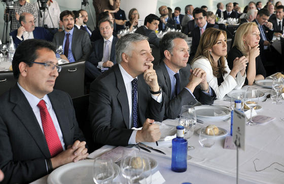 Antonio Pulido, José Blanco, José Joly, Susana Díaz y la presidenta del Parlamento de Andalucía, Fuensanta Coves.  Foto: Juan Carlos Vázquez y Victoria Hidalgo