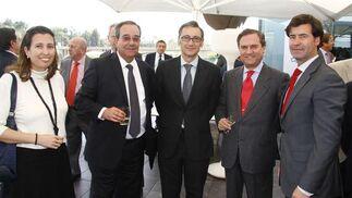 El empresario Gabriel Rojas; Juan Salido, director general de Cajasol, y Miguel Rus, presidente de Gaesco.  Foto: Juan Carlos Vázquez y Victoria Hidalgo