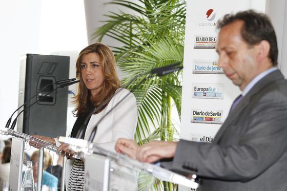 La secretaria de Organización del PSOE-A, Susana Díaz, en su intervención, con el director del 'Diario de Sevilla', en primer término.  Foto: Juan Carlos Vázquez y Victoria Hidalgo
