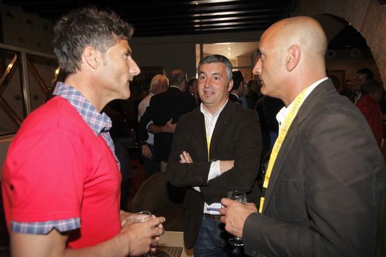Armando dialoga con Suárez y Zafra.   Foto: Jesus Marin