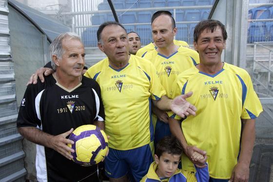 Carvallo sostiene un balón junto a Baena antes de saltar al césped.   Foto: Jesus Marin