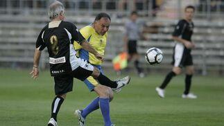 Carvallo y Baena pelean por un balón.   Foto: Jesus Marin