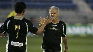 Carvallo se saluda con Paquito Aragón.   Foto: Jesus Marin