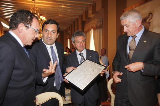 Diego Joly entrega la portada al presidente cadista.   Foto: Jesus Marin