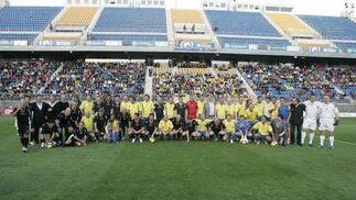 Foto de familia de los dos equipos.   Foto: Jesus Marin