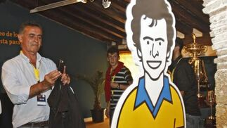 Linares fotografía su caricatura.   Foto: Lourdes de Vicente