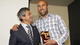 Raúl López, el jugador con más partidos disputados con la camiseta del Cádiz, posa junto a Huguet.   Foto: Jesus Marin