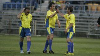 Jose y Pepe Mejías celebran un gol en presencia de Baena.   Foto: Jesus Marin