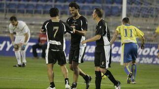 Paquito Aragón y Varela felicitan a Kiko tras su gol.   Foto: Jesus Marin