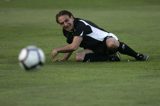 Ramón Blanco cae al césped sin que nadie le toque.   Foto: Jesus Marin