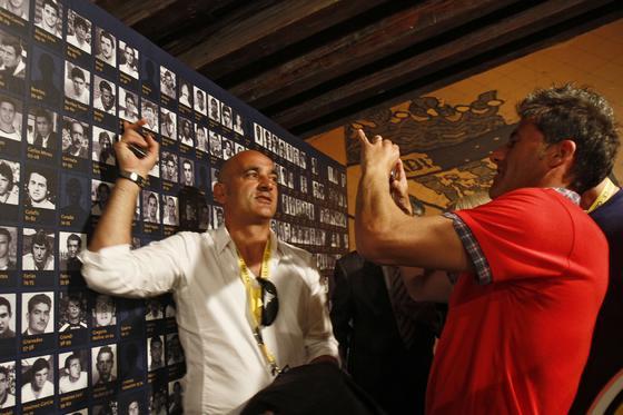 Zafra se señala en el mural que recoge a los jugadores que han pasado por el conjunto amarillo.   Foto: Lourdes de Vicente