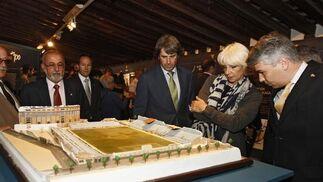 La alcaldesa, que inauguró la exposición, observa la maqueta del campo de la Mirandilla.   Foto: Lourdes de Vicente
