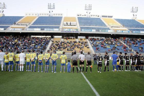 Los jugadores saludan al escaso público presente en la grada de Carranza.   Foto: Jesus Marin