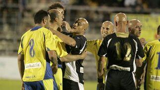 Los jugadores se saludan tras el partido.   Foto: Jesus Marin
