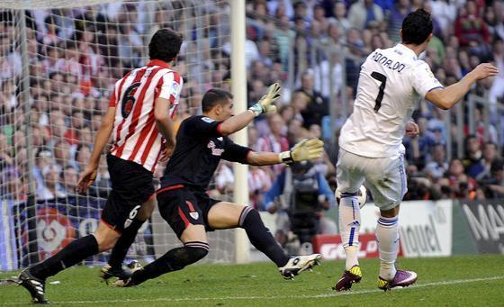 Cristiano Ronaldo rematando a puerta.  Foto: efe