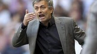 Mourinho da órdenes desde la banda.  Foto: efe