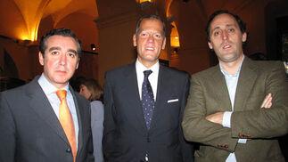 Miguel Tolosa y Juan Pablo Palacios, de Banesto, con Juan Luis Muñoz Escassi, director gerente de la Asociación de Fundaciones Andaluzas.  Foto: Victoria Ramírez