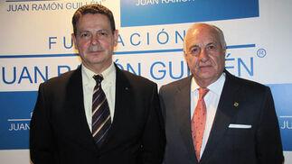 Laurentino Ceña Coro, general jefe de la IV Zona de la Guardia Civil de Andalucía, y Juan Ramón Guillén.  Foto: Victoria Ramírez