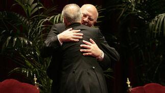 Cano-Romero abraza al presidente del Consejo General de Hermandades y Cofradías.  Foto: Juan Carlos Munoz