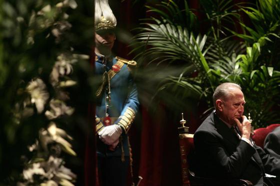 Cano-Romero escucha con atención a Rosamar Prieto.  Foto: Juan Carlos Munoz